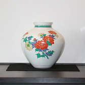24132 人間国宝 14代酒井田柿右衛門 (濁手牡丹文花瓶) SAKAIDA Kakiemon