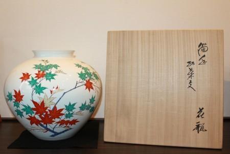 23591 人間国宝 14代酒井田柿右衛門 (濁手紅葉文花瓶) SAKAIDA Kakiemon