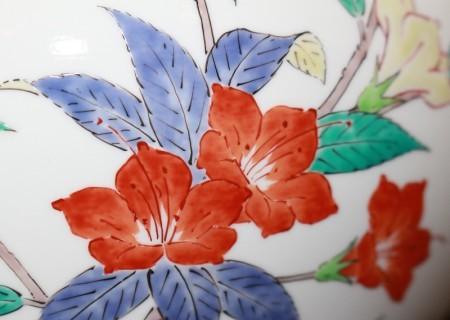 24284 人間国宝 14代酒井田柿右衛門 (濁手山つつじ文花瓶) SAKAIDA Kakiemon