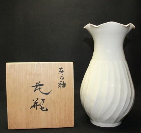 23775 人間国宝 塚本快示  (牙白釉花瓶) TSUKAMOTO Kaiji