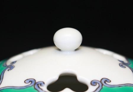 23261  13代酒井田柿右衛門 (濁手青濃唐花香炉)