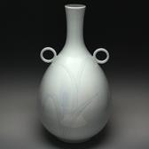 21860 井上萬二(青白磁彫文耳付花瓶)INOUE Manji